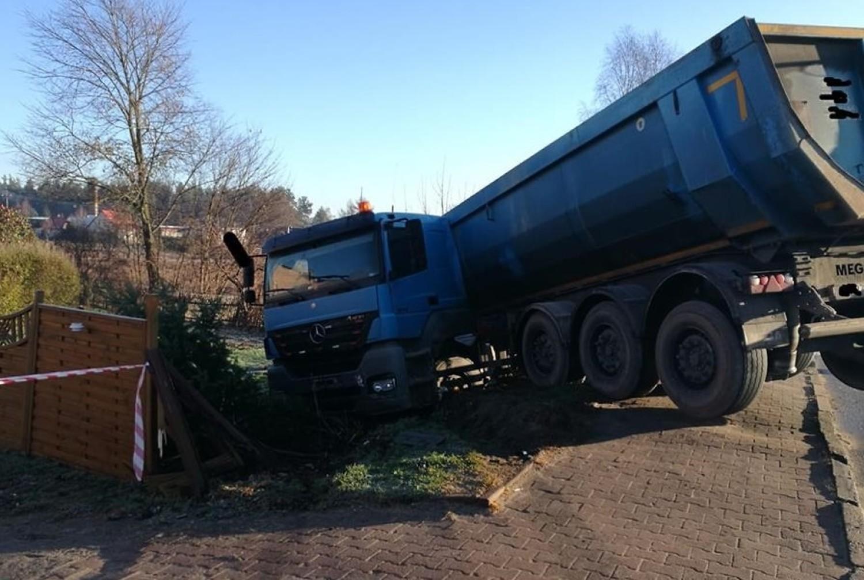 Kolizja samochodu ciężarowego w Czarnej Dąbrówce…o krok od tragedii
